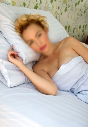 Anaelle happy ending massage